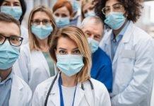 personale sanitario indossa la mascherina (Foto di repertorio shutterstock)