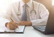 medico alla scrivania