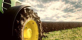 Trattore sui campi (foto repertorio Shutterstock.com)