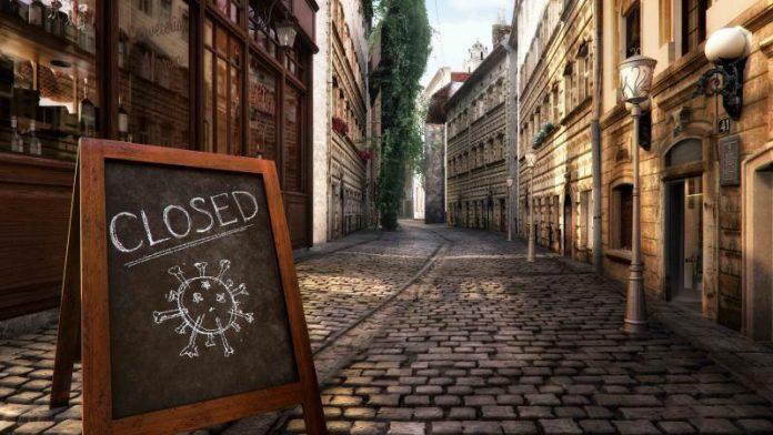Strada deserta per l'emergenza Covid (foto repertorio Shutterstock.com)
