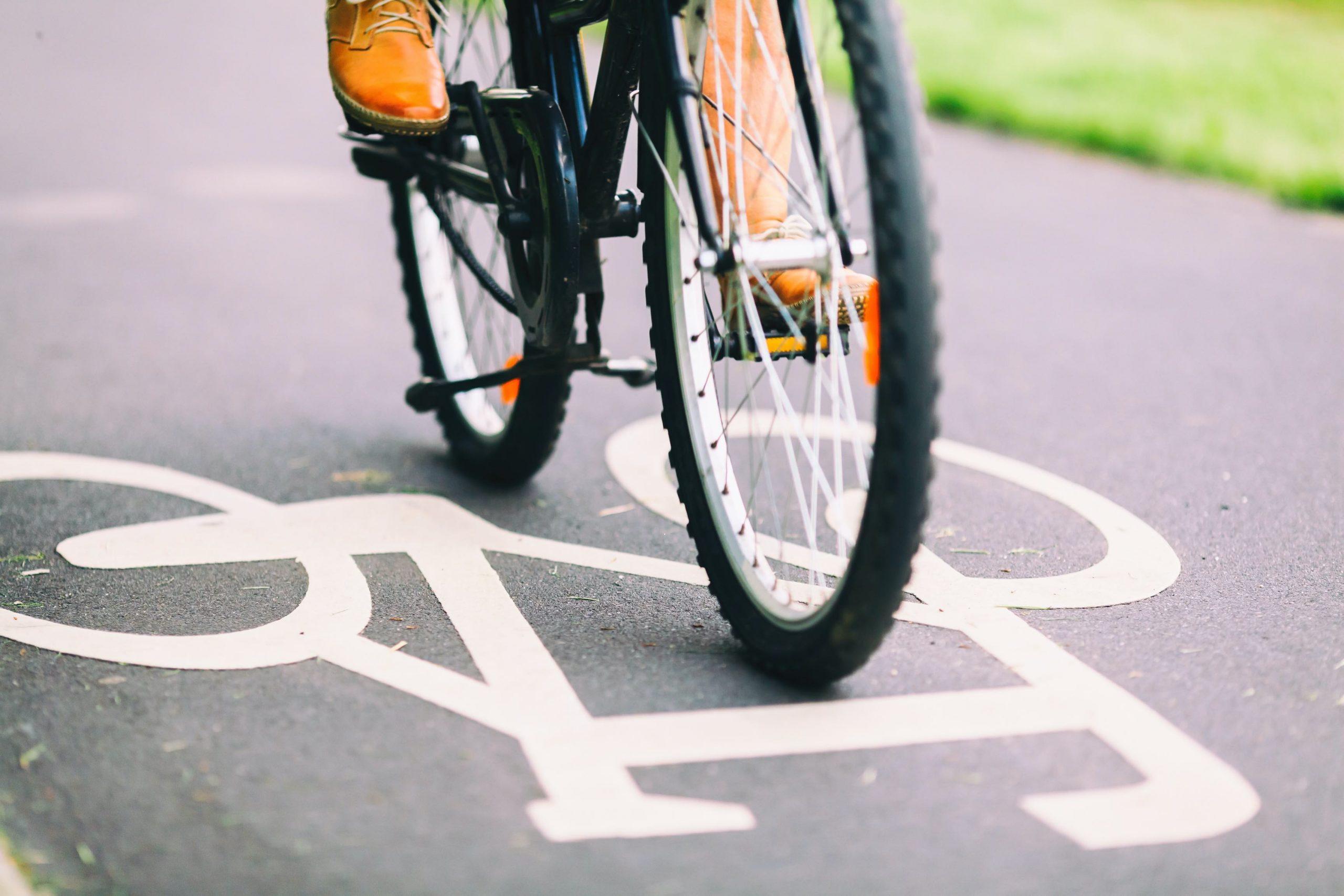 Persona in bici in una pista ciclabile (foto repertorio Shutterstock.com)