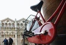 Bicicletta davanti al Duomo di Ferrara (foto di repertorio)
