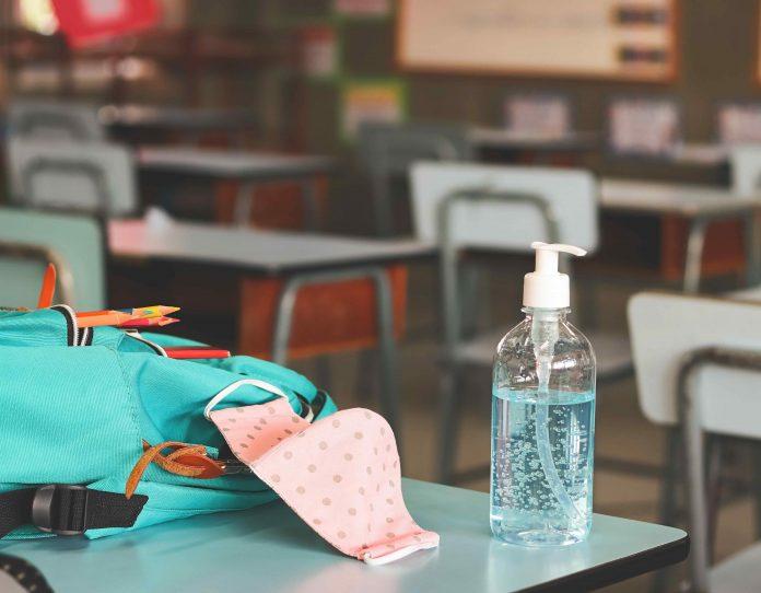 Mascherina e disinfettante in classe (foto repertorio Shutterstock.com)