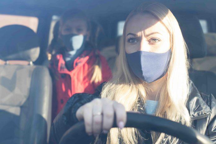 Donne in auto con mascherina (foto repertorio Shutterstock.com)