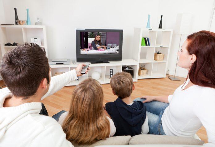 famiglia guarda tv (shutterstock)
