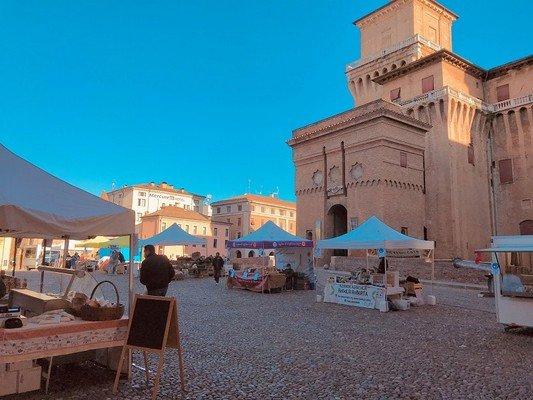 mercato contadino in piazza castello (ottobre 2020, credits Ferrara Terra e Acqua)