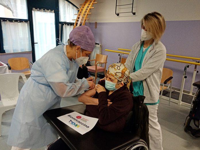 somministrazione del vaccino ad un'ospite di Parco La Fiorana (foto CIDAS)