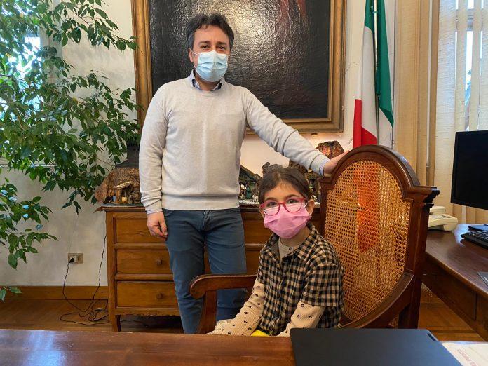 Alunna elementari in Comune con Sindaco Bondeno