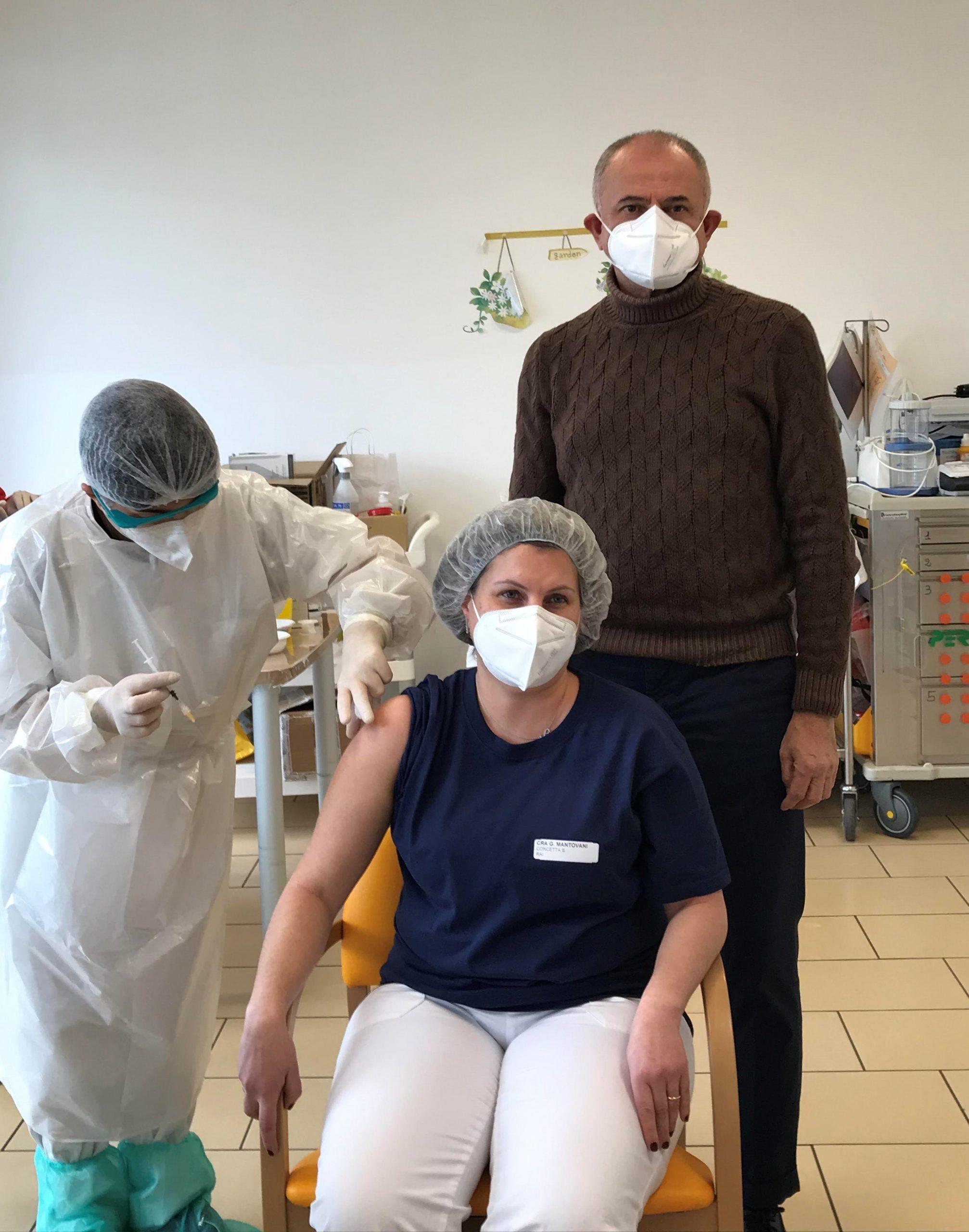prima operatrice vaccinato con Daniele Bertarelli (Presidente CIDAS)