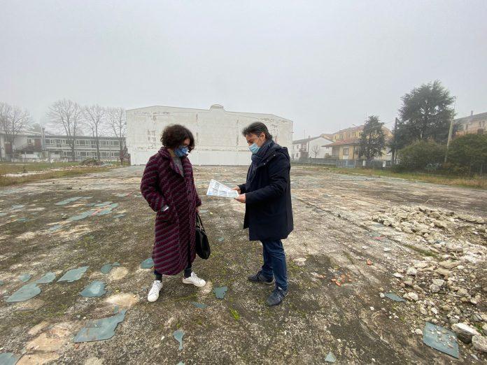 il sindaco Saletti con la dirigente del settore Tecnico Maria Orlandini al cantiere del nuovo parcheggio