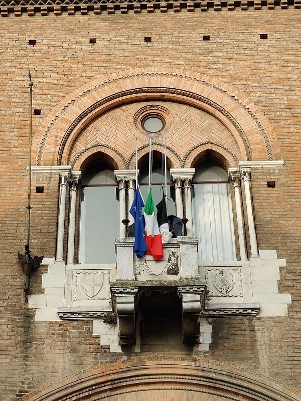 Bandiere a mezz'asta sulla facciata di palazzo comunale