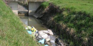 Rifiuti nei corsi d'acqua (foto Consorzio di Bonifica Pianura di Ferrara)
