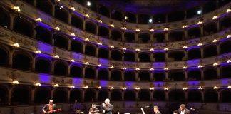Enrico Ruggeri dal palco con la band: Archivio Fondazione Teatro Comunale di Ferrara, foto Marco Caselli Nirmal