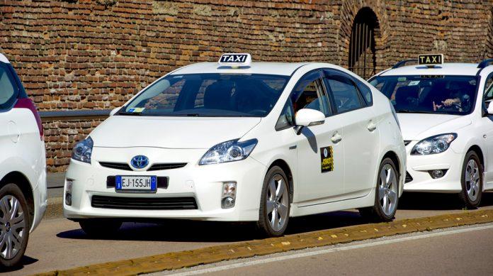 taxi (©️Paolo Bona / Shutterstock.com)