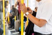 Un uomo sull'autobus
