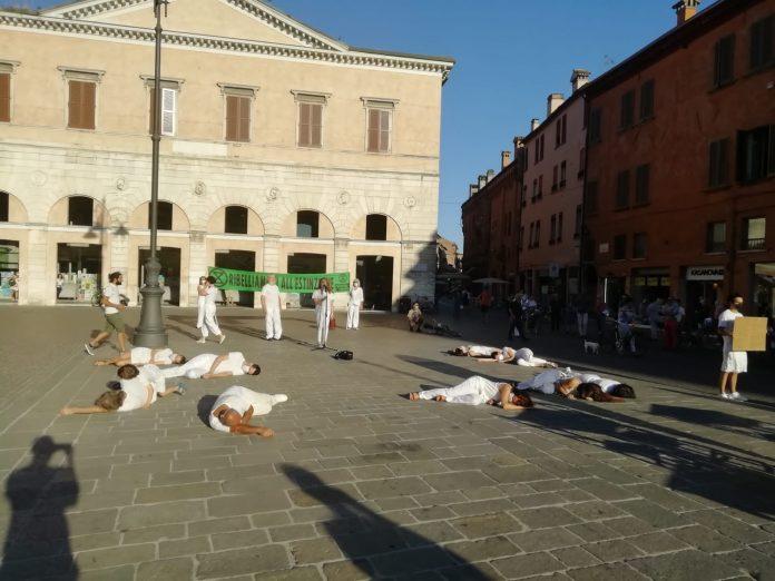 Una delle azioni performative di Extinction Rebellion a Ferrara