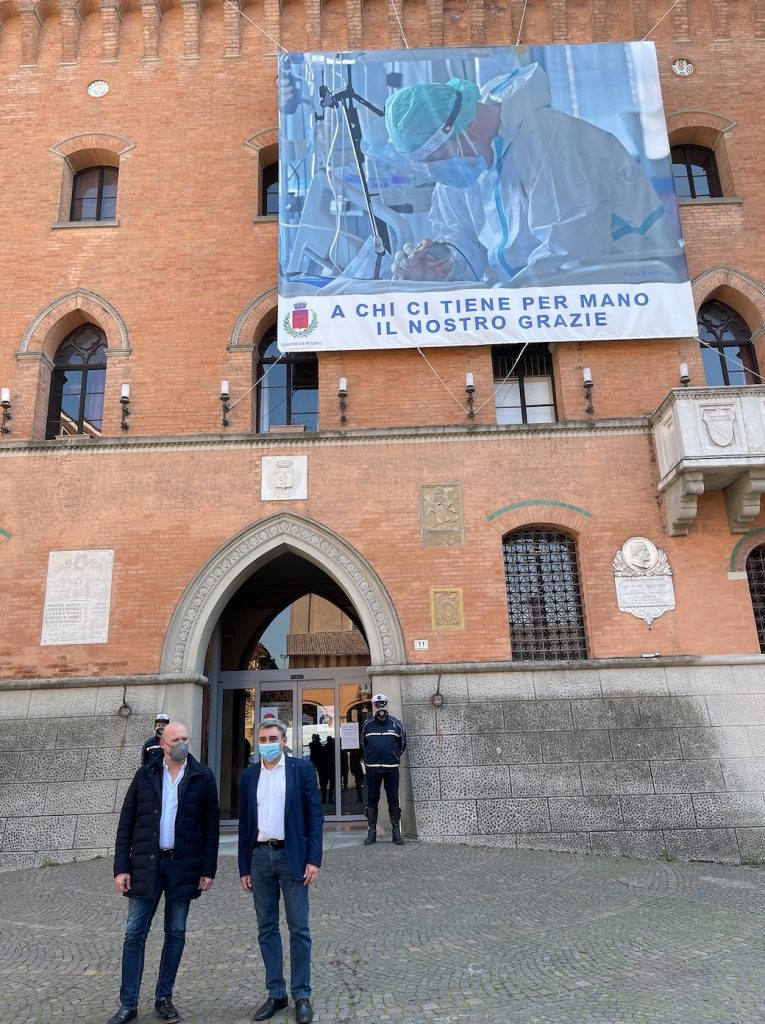 Bonaccini davanti alla gigantografia di ringraziamento ai sanitari a Budrio