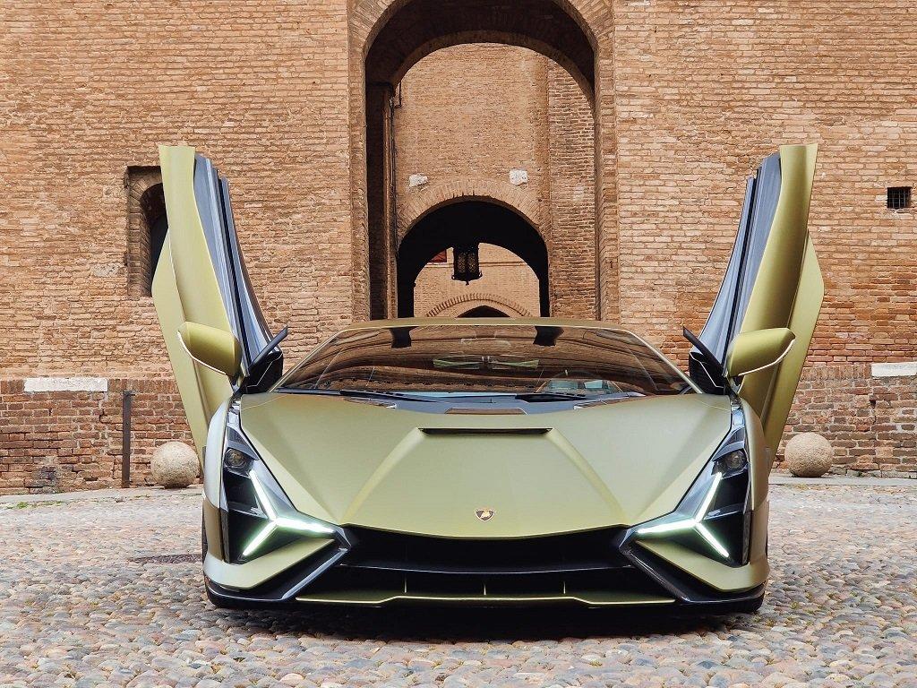 Prototipo Lamborghini davanti al Castello Estense