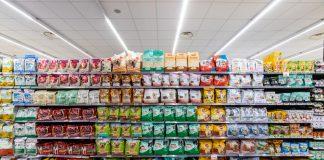 Alimenti per animali in un supermercato (foto Angelo Cordeschi / Shutterstock.com)
