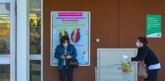 Attesa al supermercato (foto SweetHour / Shutterstock.com)