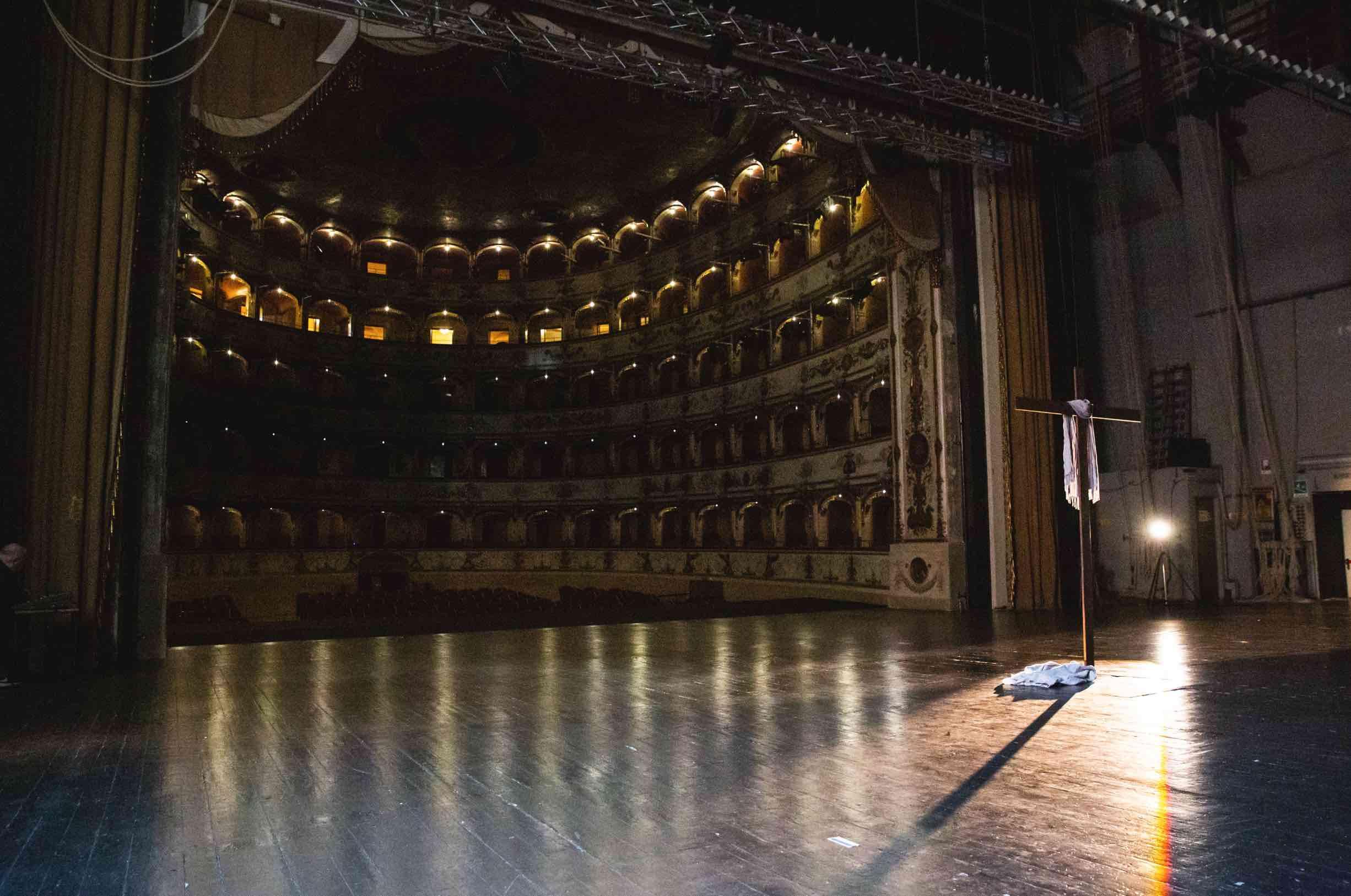 Croce conficcata nel palco del Teatro Comunale (foto Andrea Baldrati)
