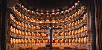 croce conficcata nel palco (foto Andrea Baldrati)