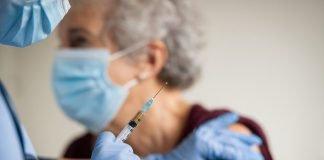 Una donna anziana si sottopone al vaccino (foto Shutterstock.com)