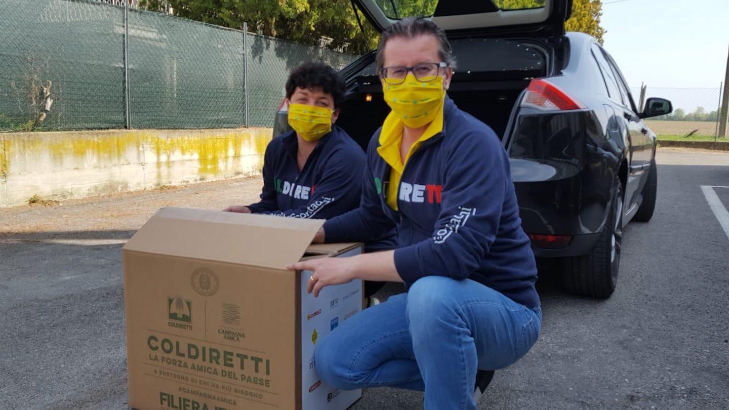 Consegna dei pacchi Coldiretti a Ferrara Thomas